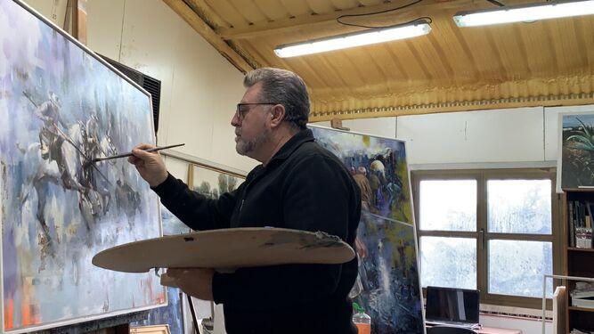 Juan Lucena trabajando en otra de sus obras, en su estudio en La Barca.