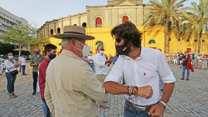 Álvaro Domecq y Juan José Padilla, frente a la plaza de toros.