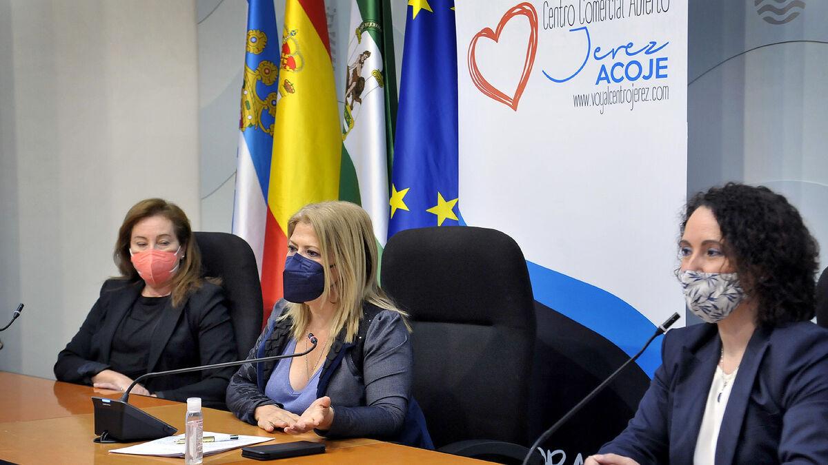 La alcaldesa, la presidenta de Acoje y la delegada de Comercio.
