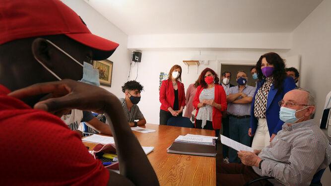 Rocío Ruiz, consejera de Igualdad, Políticas Sociales y Conciliación, en su visita al Hogar La Salle.