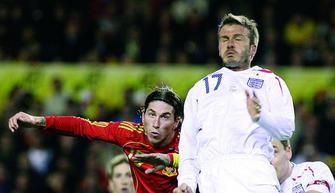 24822fcdeb ... Beckham iguala a Moore como el segundo jugador que más veces ha vestido  la camiseta de Inglaterra. Con Nervión como escenario de una fiesta gozosa  y ...